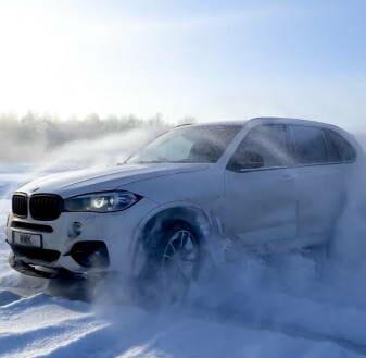 BMW slīd uz ledus un slapja sniega ar ziemas riepām