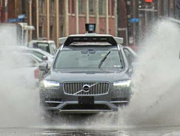 Volvo uz slapja asfalta pilsētā